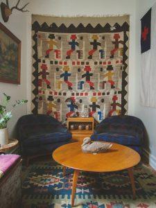 Hang Rug Wall 3 225x300 - 10 Mẹo Thiết Kế Phòng Khách Đẹp